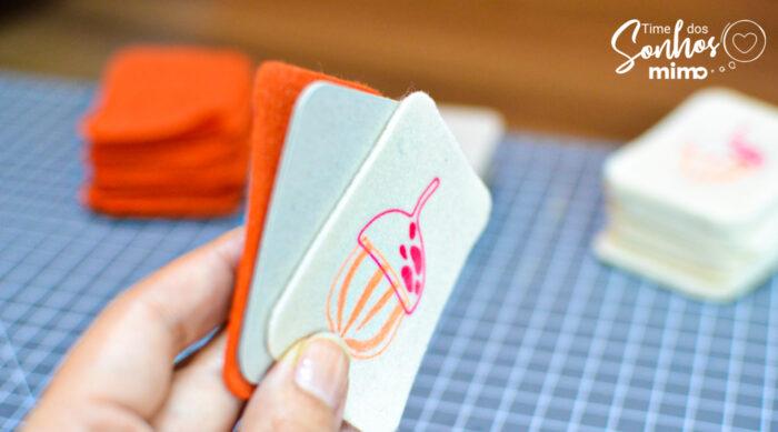 Coloque o papelão fino em dupla, para ficar mais firme