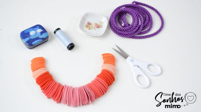 Organize as peças de feltro em um gradiente de cores e tamanhos