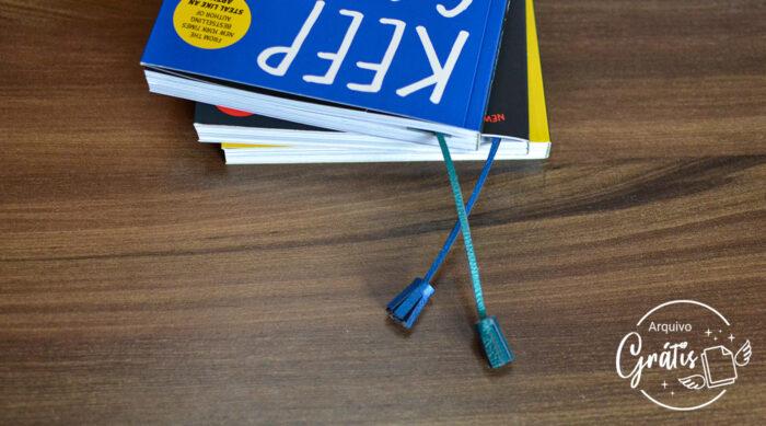 O marcador de livro personalizado também fica muito bonitinho com o livro fechado