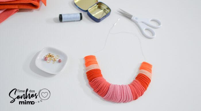 O pingente de feltro deste colar deve ficar com as peças bem juntas