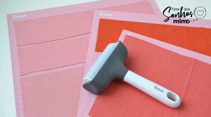 Use o Aplicador de Tecidos Cricut para aplicar o feltro na base de corte e deixar tudo reto, sem nenhuma bolha ou ruga