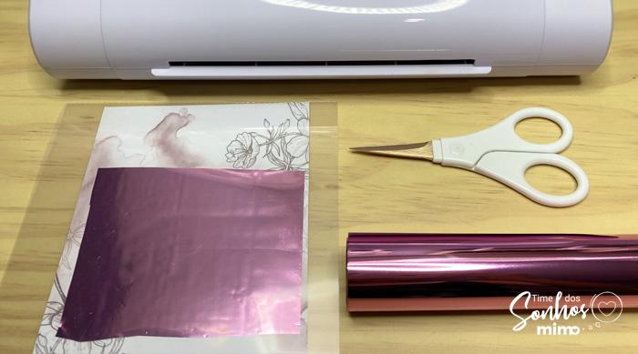 Coloque sua arte com o foil sobreposto na impressão a laser dentro da Base de Aplicação da Mimo Stamping Mini
