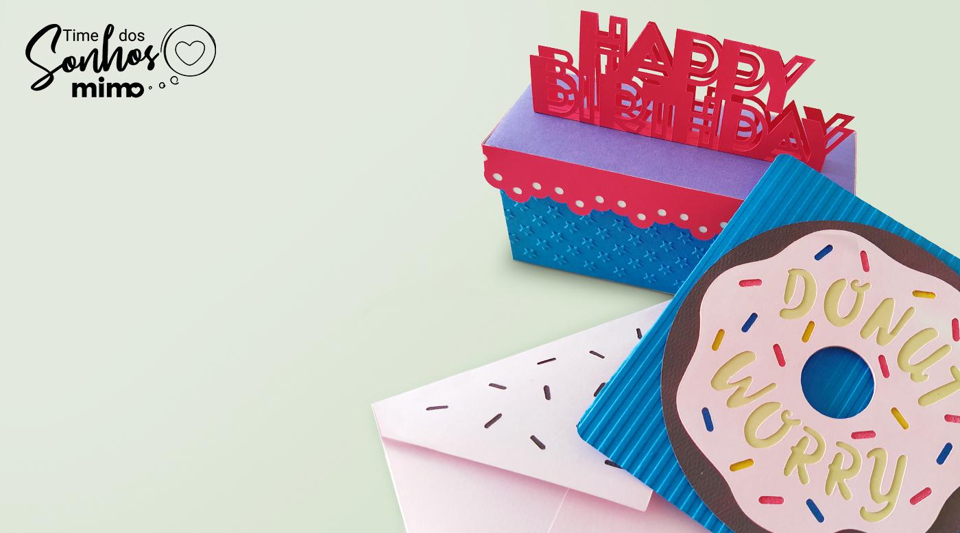 Caixinha para doces e cartão personalizados com relevos feitos pela Mimo Embossing