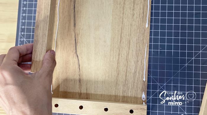 Cole as bordas da moldura sobre o fundo do porta-chaves de papel Color Pop