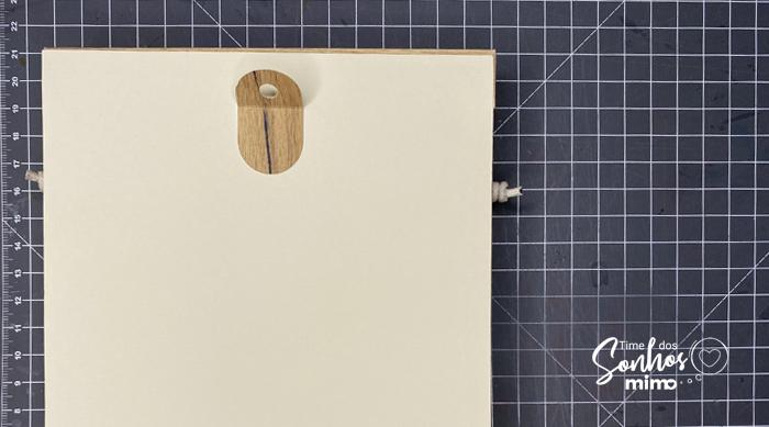 Cole o suporte de parede para prego atrás do porta-chaves de papel color pop Mimo Crafts