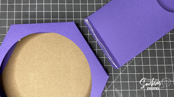 Cole as 6 abas de papel na base de Chipboard