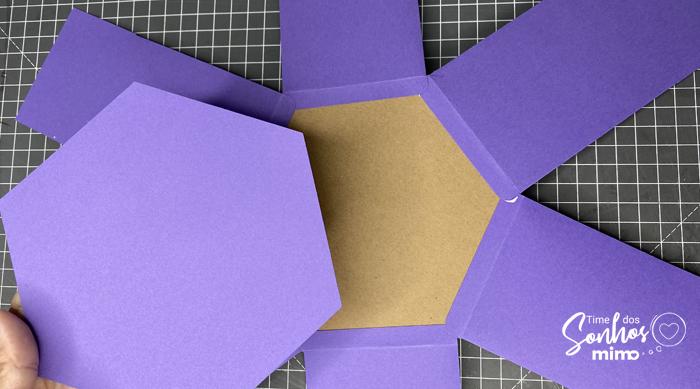 Cole uma folha de papel Color Pop Mimo no fundo