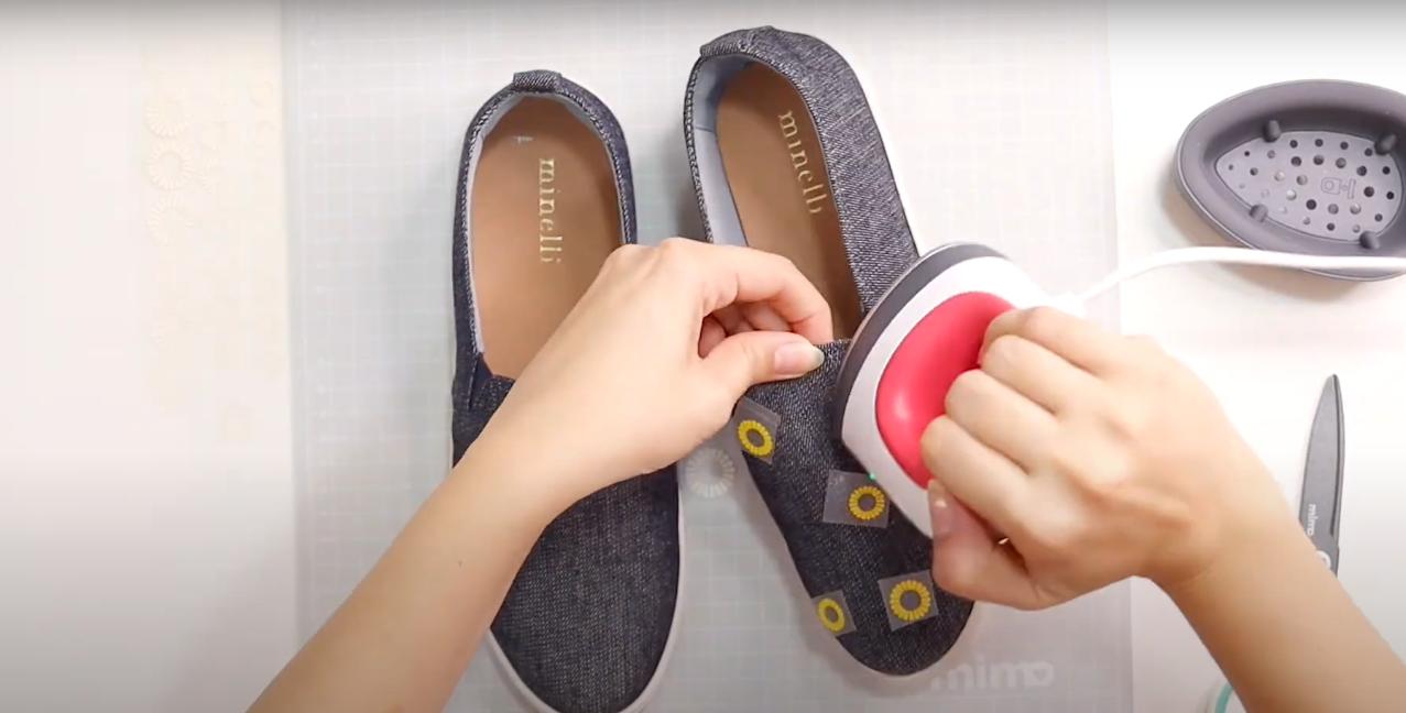 Aplicando o Trasnfer de Girassol Sobre o Sapato com a Mini Prensa Térmica