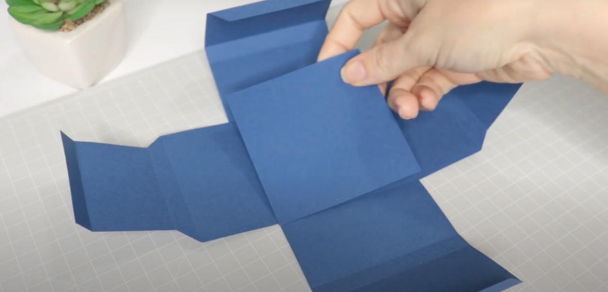 Colando o Quadrado para Acabamento - Montagem da Caixinha - Como Aplicar Foil Sem Impressão a Laser