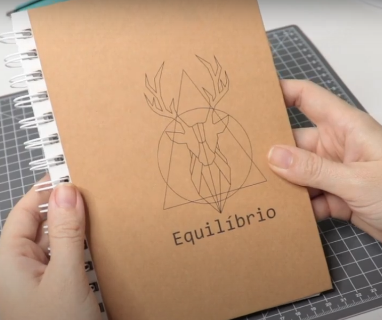 Capa de Caderno Personalizada Com Papel Kraft - Finalizada